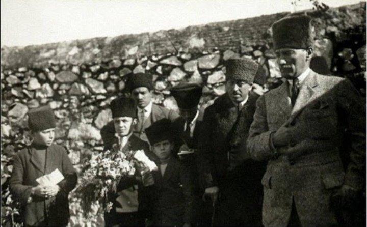 Mustafa Kemal Atatürk, annesi Zübeyde Hanım'ın mezarının başında.
