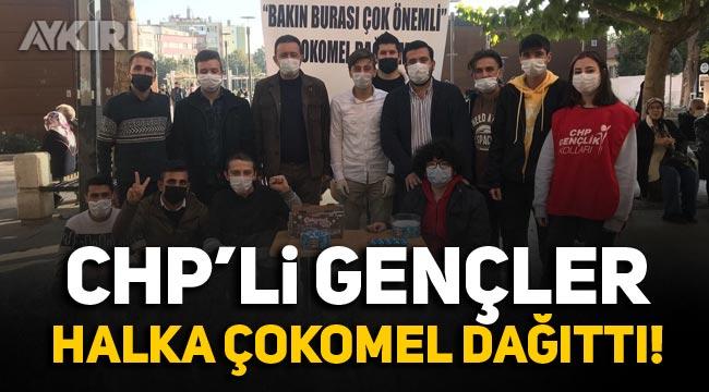CHP'li gençler halka 'çokomel' dağıttı
