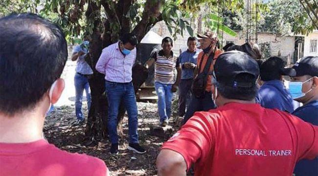 Meksika'da iyi hizmet vermeyen belediye başkanı ağaca bağlandı!