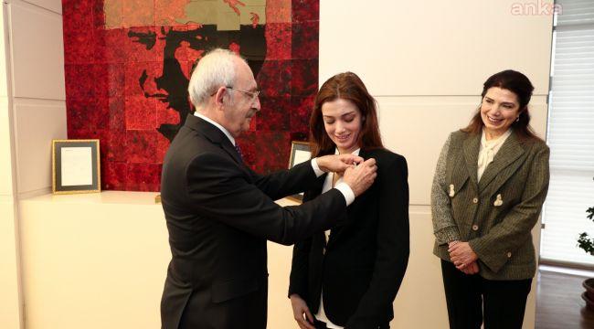 Prof. Dr. Ahmet Taner Kışlalı'nın eşi ve kızı CHP'ye üye oldu