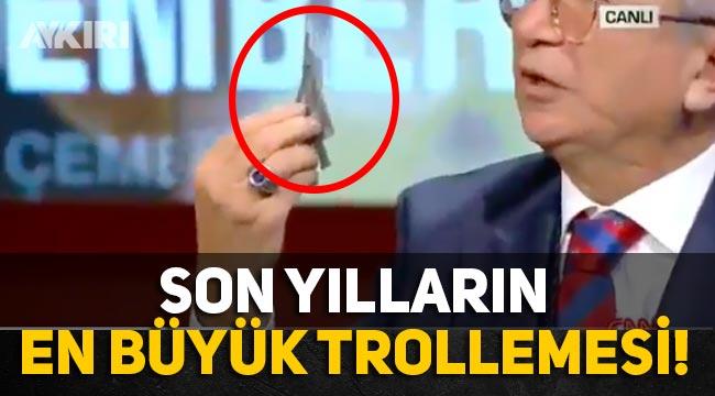 """Erdoğan'ın danışmanı """"2023'te hangardan çıkacak"""" diyerek yanında getirdiği oyuncak uçağı gösterdi"""