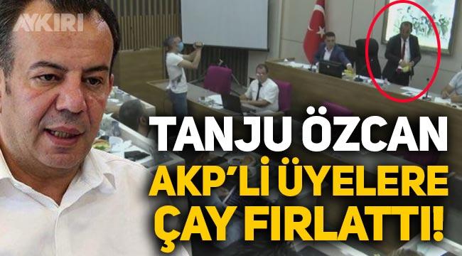 """Tanju Özcan, AKP'li üyelere çay fırlattı: """"Erdoğan gibi mi sakinleştireyim? Alın size çay!"""""""